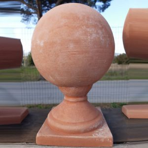 sfera con piede in terracotta